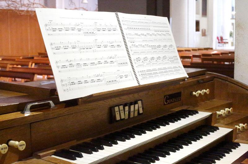 Partition OrganScore grand format avec tournes faciles : la taille des notes est standard et lisible, la partition tient parfaitement sur le pupitre.